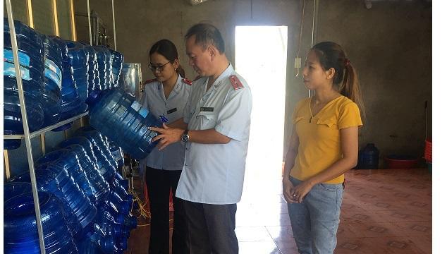 Hà Tĩnh: Tăng cường kiểm tra nước uống đóng chai, nước đá - Ảnh 1.