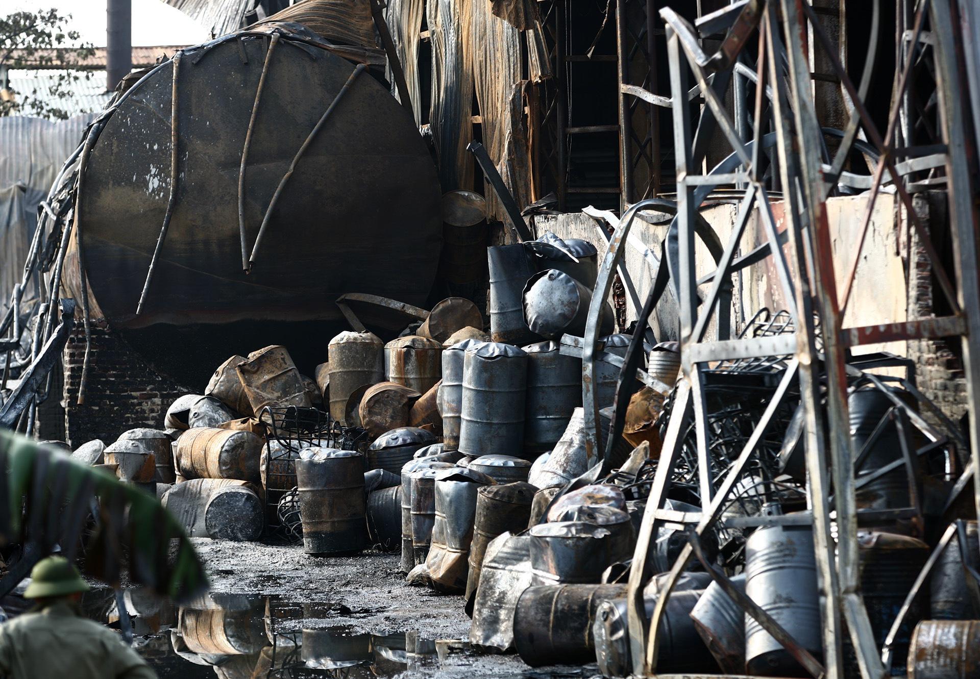 Bộ Tư lệnh hóa học đang phân tích mẫu hóa chất trong vụ cháy ở cảng Đức Giang - Ảnh 2.