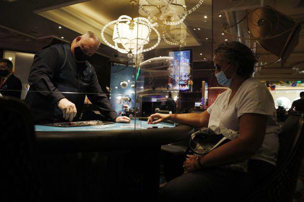 Nhân viên casino Las Vegas đồng loạt kiện công ty vì để lây lan dịch - Ảnh 1.
