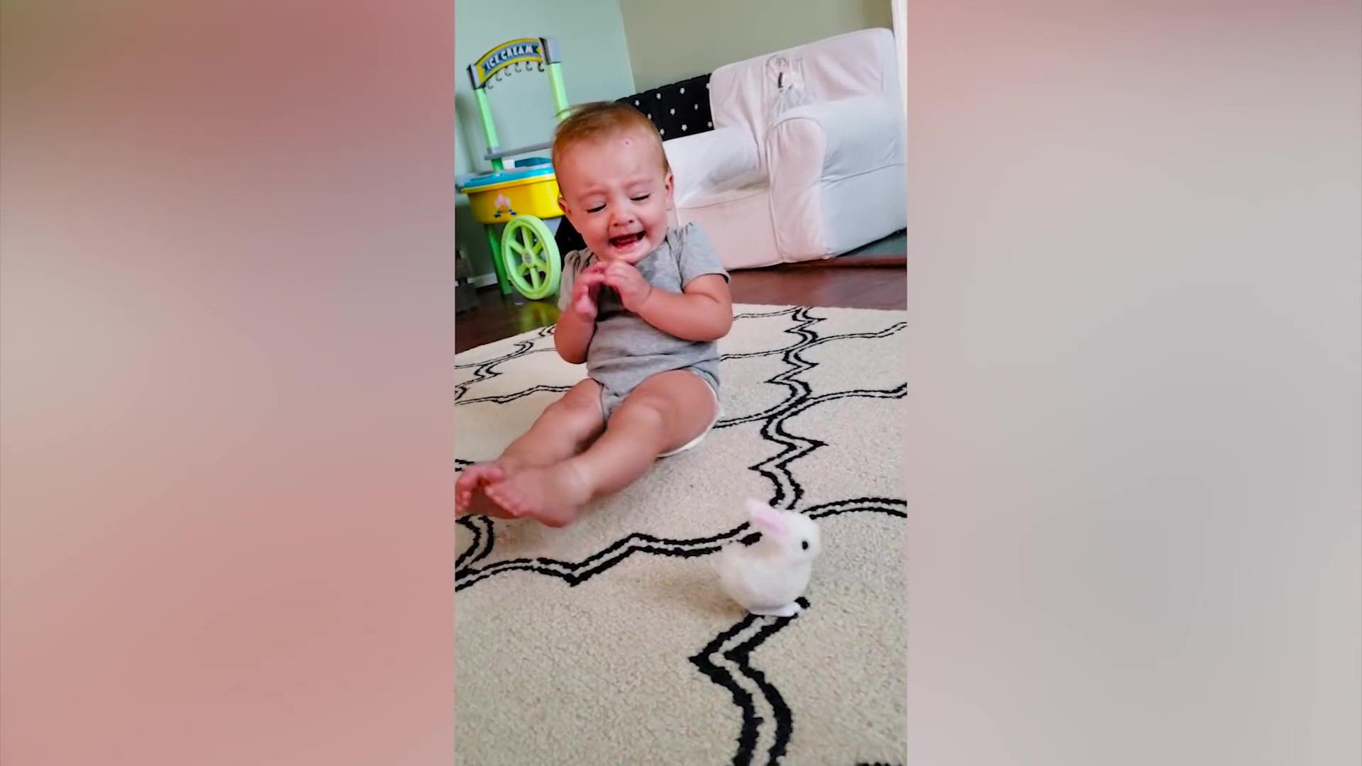 Video clip hài: Biểu cảm bất ngờ của trẻ em khi lần đầu nhìn thấy đồ chơi - Ảnh 2.
