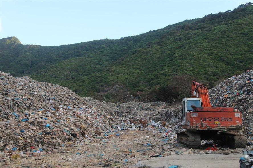 Côn Đảo sẽ làm gì với hơn 70.000 tấn rác tồn đọng? - Ảnh 1.