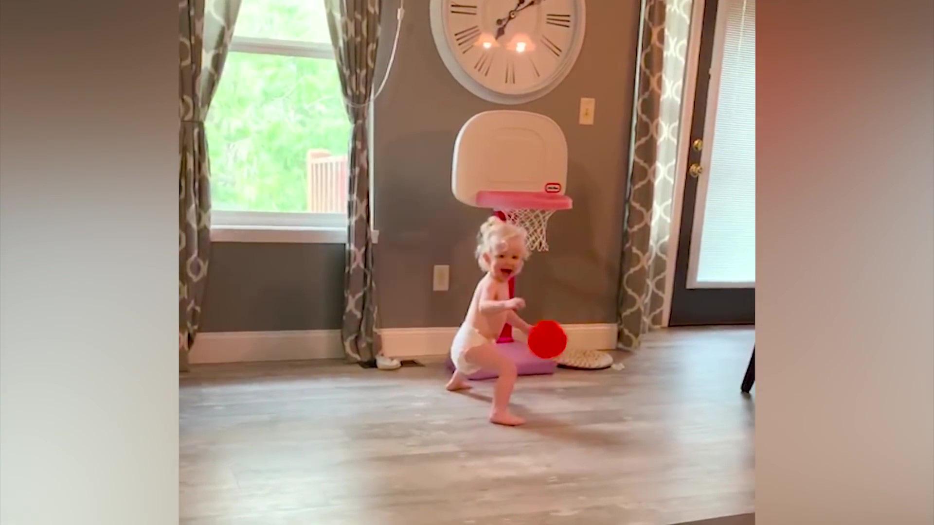 Video clip hài: Biểu cảm bất ngờ của trẻ em khi lần đầu nhìn thấy đồ chơi - Ảnh 3.