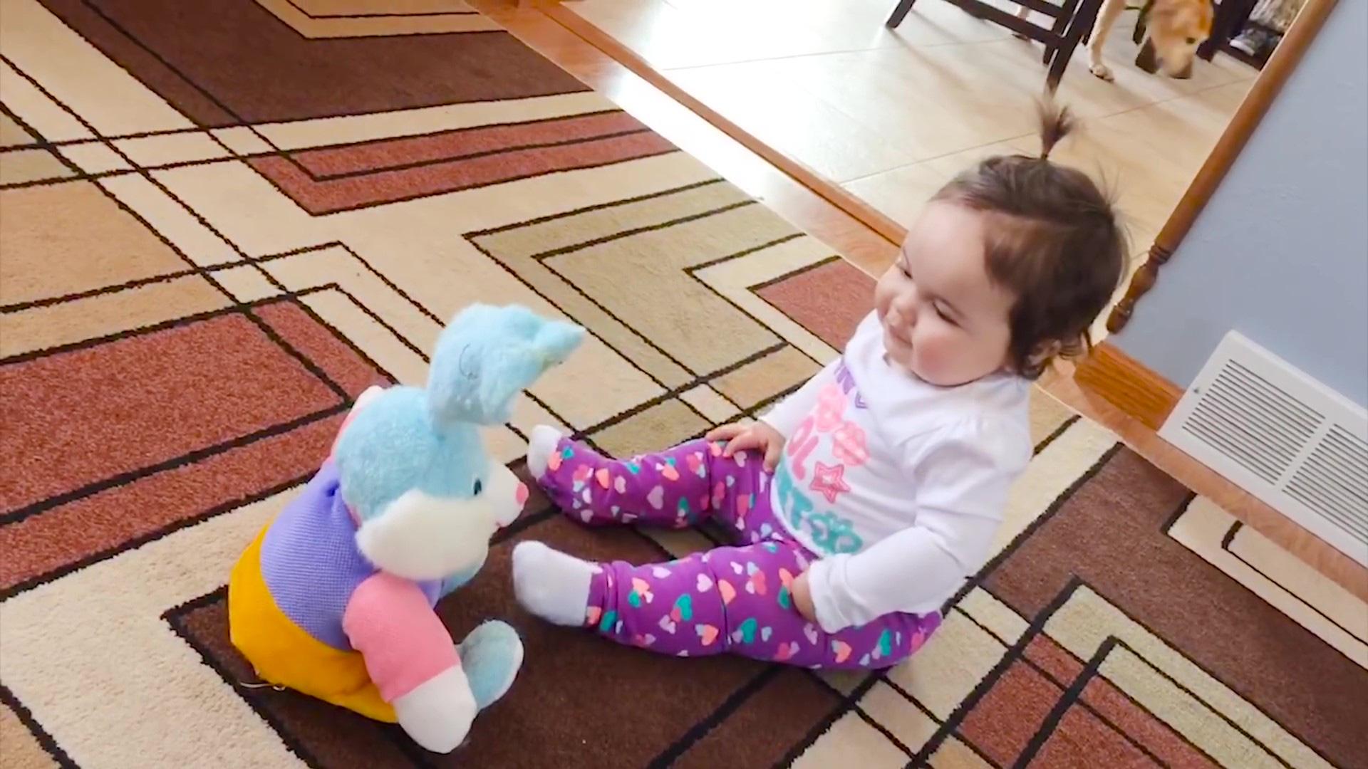 Video clip hài: Biểu cảm bất ngờ của trẻ em khi lần đầu nhìn thấy đồ chơi - Ảnh 6.