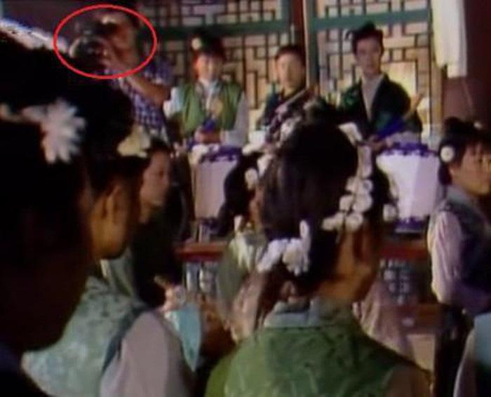 Cười bò với sạn ngớ ngẩn trong phim Hoa ngữ: Đồ vật hiện đại xuyên không về thời xưa, diễn viên quần chúng bất chấp phá hoại cảnh quay - Ảnh 17.