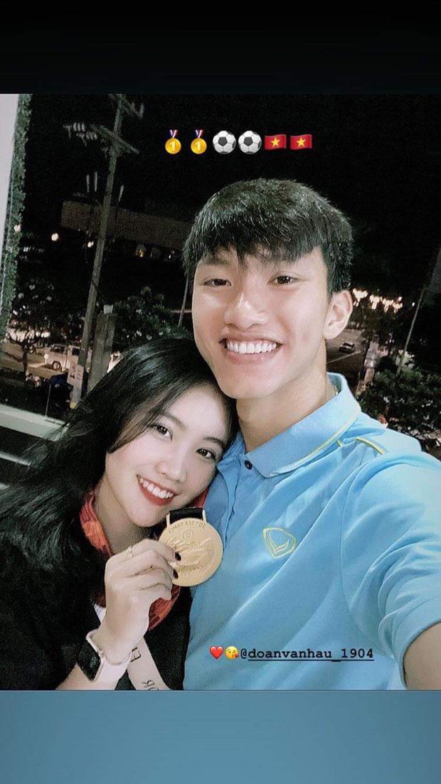 Về Việt Nam, Văn Hậu và bạn gái không còn phải yêu xa - Ảnh 2.