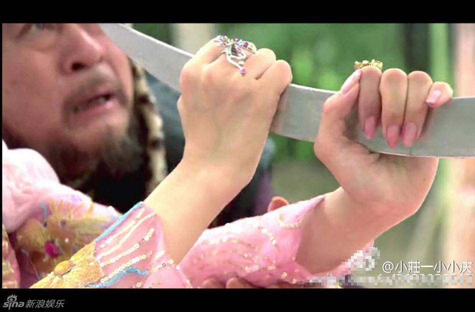 Cười bò với sạn ngớ ngẩn trong phim Hoa ngữ: Đồ vật hiện đại xuyên không về thời xưa, diễn viên quần chúng bất chấp phá hoại cảnh quay - Ảnh 13.