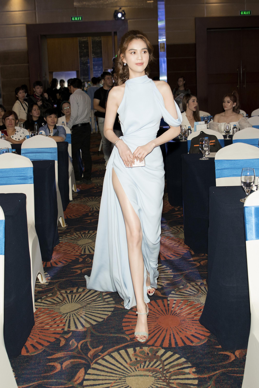 Ngọc Trinh khoe dáng nuột, hội ngộ Phạm Quỳnh Anh tại sự kiện - Ảnh 3.