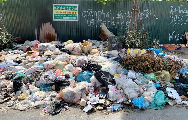 Người dân bức xúc vì bãi rác án ngữ nút Phạm Hùng - Nguyễn Quốc Trị - Ảnh 2.