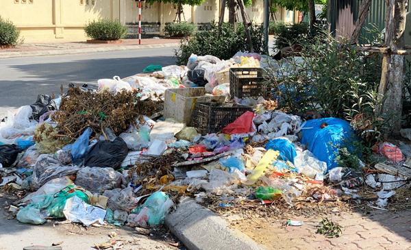 Người dân bức xúc vì bãi rác án ngữ nút Phạm Hùng - Nguyễn Quốc Trị - Ảnh 1.