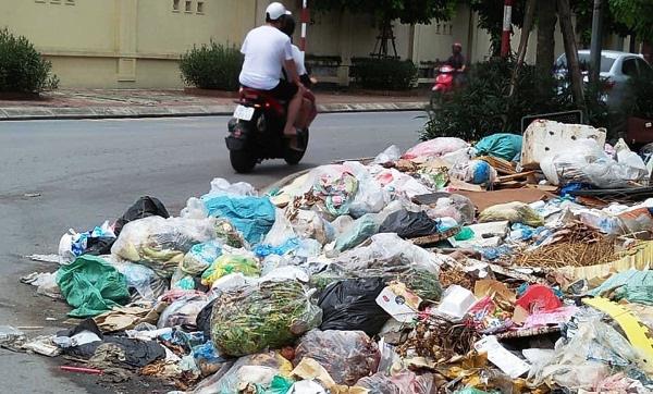 Người dân bức xúc vì bãi rác án ngữ nút Phạm Hùng - Nguyễn Quốc Trị - Ảnh 3.