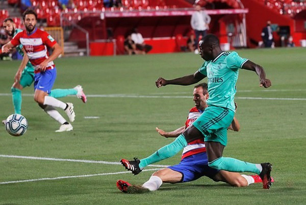 Real Madrid hạ Granada, vì sao HLV Zidane ăn mừng phấn khích? - Ảnh 1.