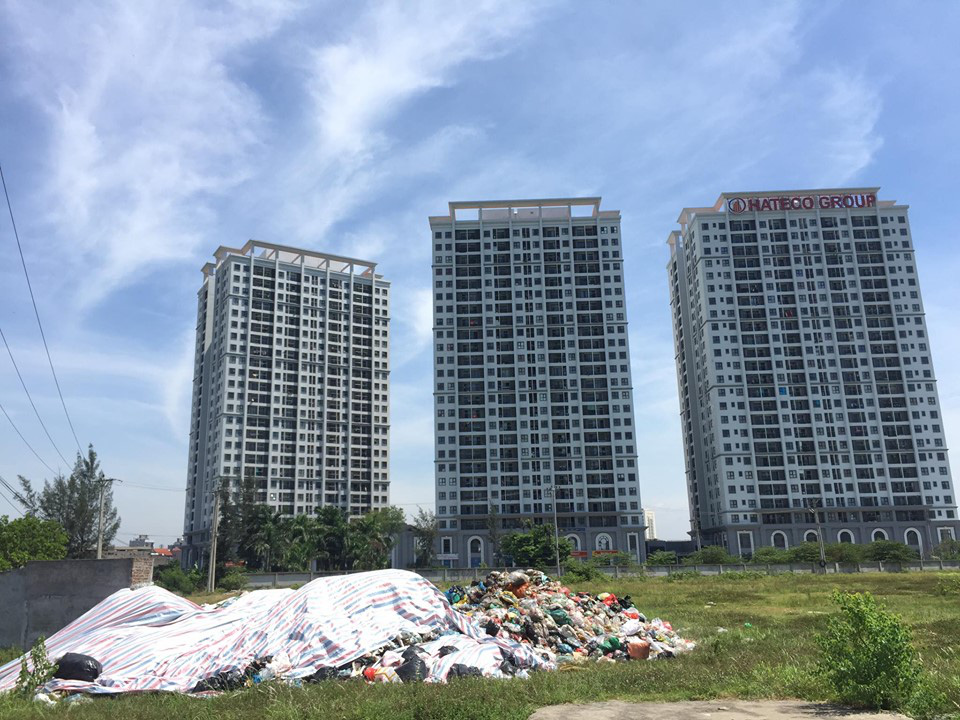 Công ty Minh Quân đổ rác sinh hoạt ra bãi đất trống sát khu dân cư - Ảnh 1.
