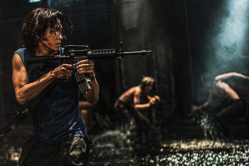 """""""Bán đảo"""": Nghẹt thở với màn chạy trốn zombie, ghê rợn bởi những kẻ tỉnh táo """"khát"""" máu người - Ảnh 2."""