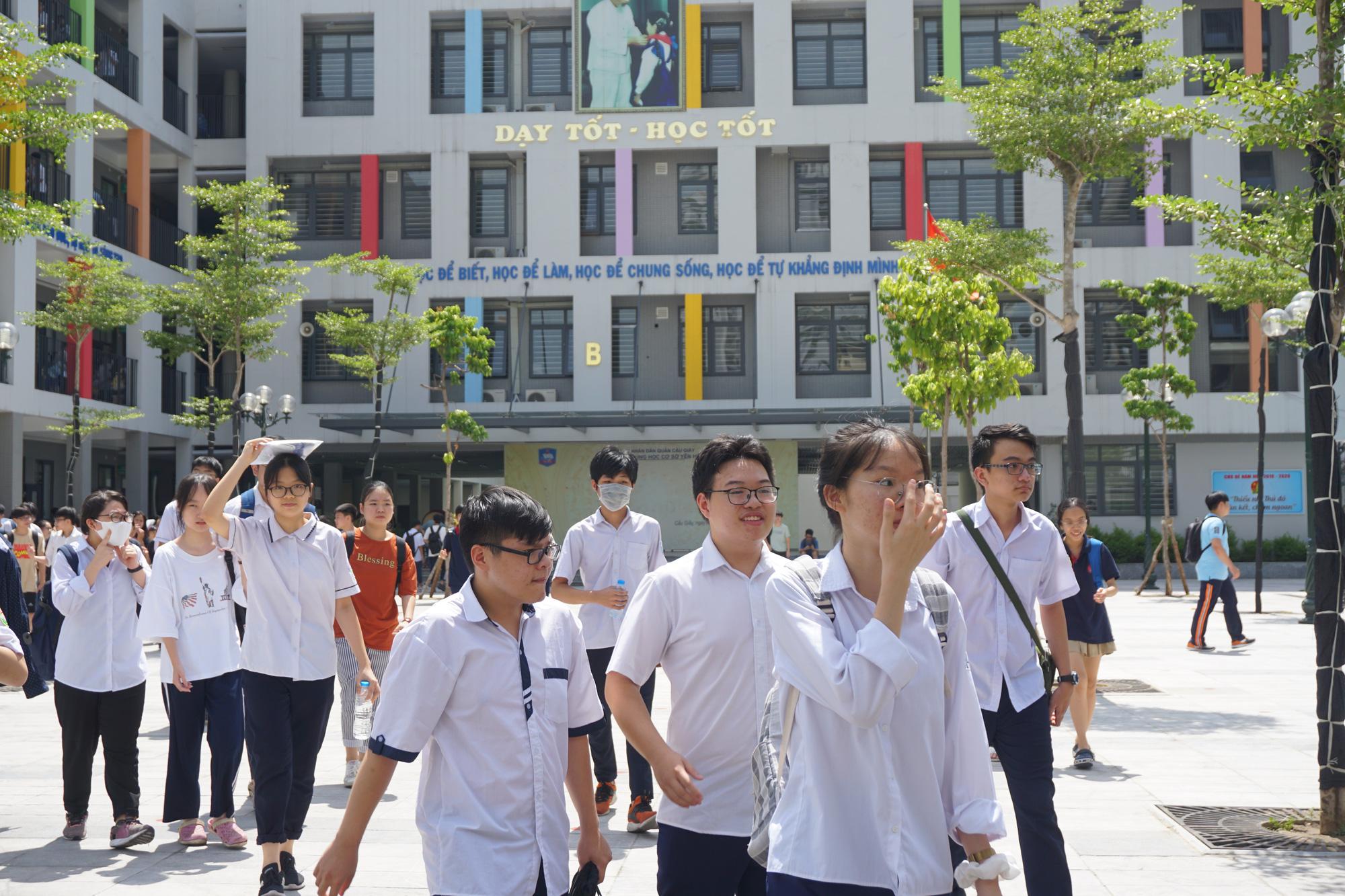 """Thi vào lớp 10 tại Hà Nội: Dự đoán điểm chuẩn sẽ tăng vì đề thi """"dễ thở"""" - Ảnh 1."""