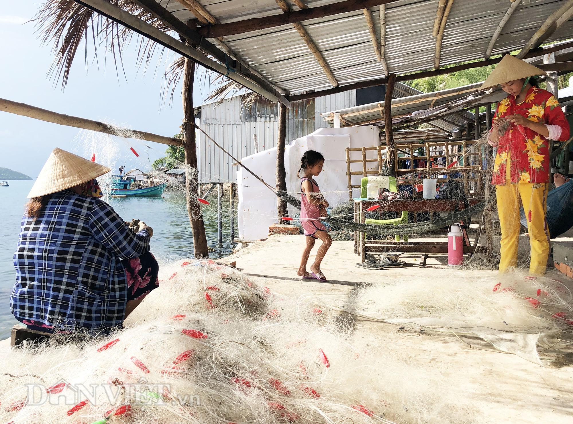 Lạ lùng nghề gỡ lưới ở Nam Du, già trẻ đều làm được - Ảnh 3.