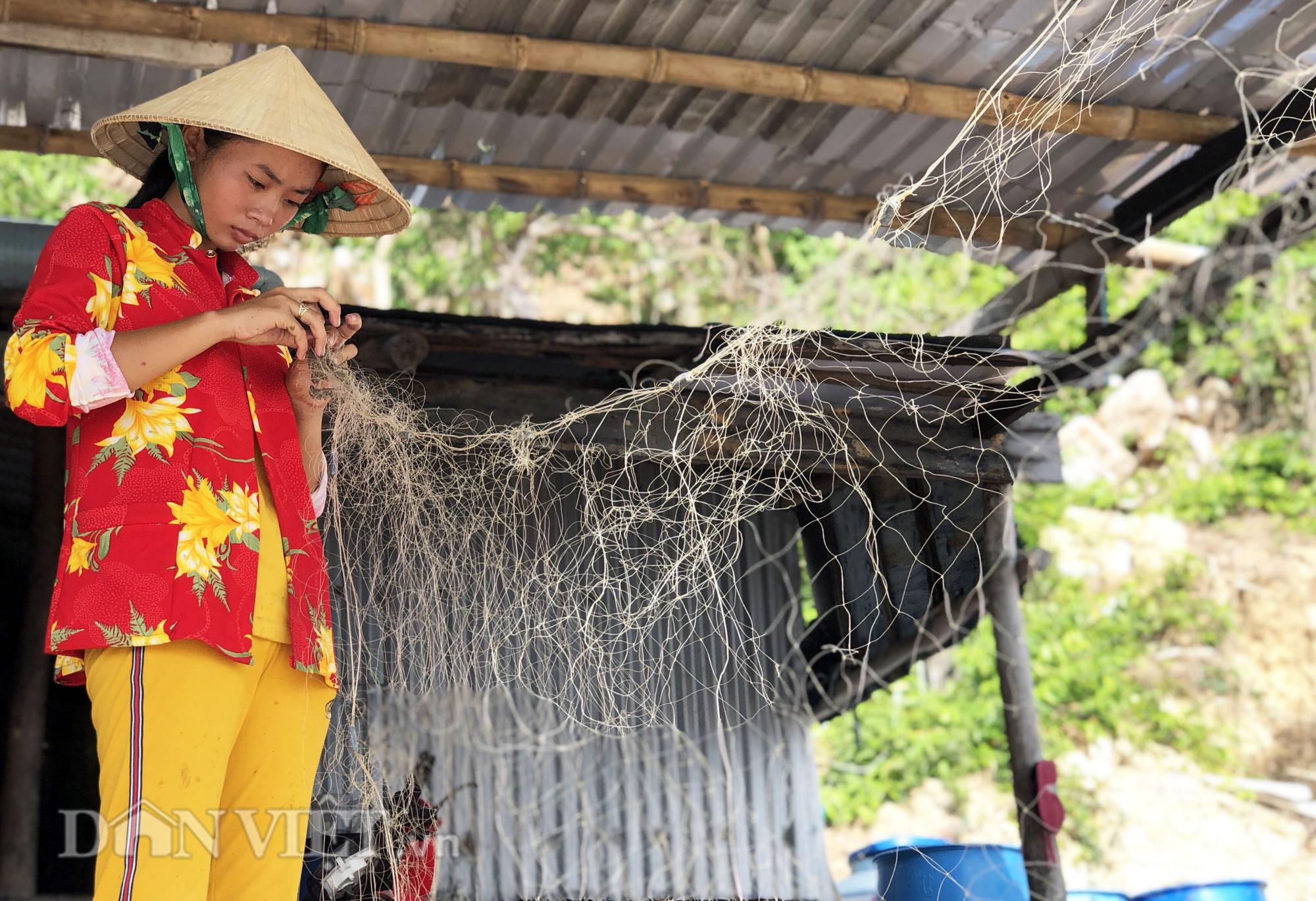 Lạ lùng nghề gỡ lưới ở Nam Du, già trẻ đều làm được - Ảnh 4.