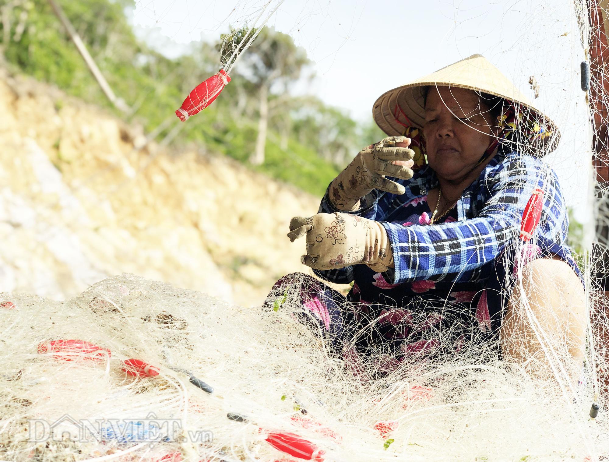 Lạ lùng nghề gỡ lưới ở Nam Du, già trẻ đều làm được - Ảnh 5.