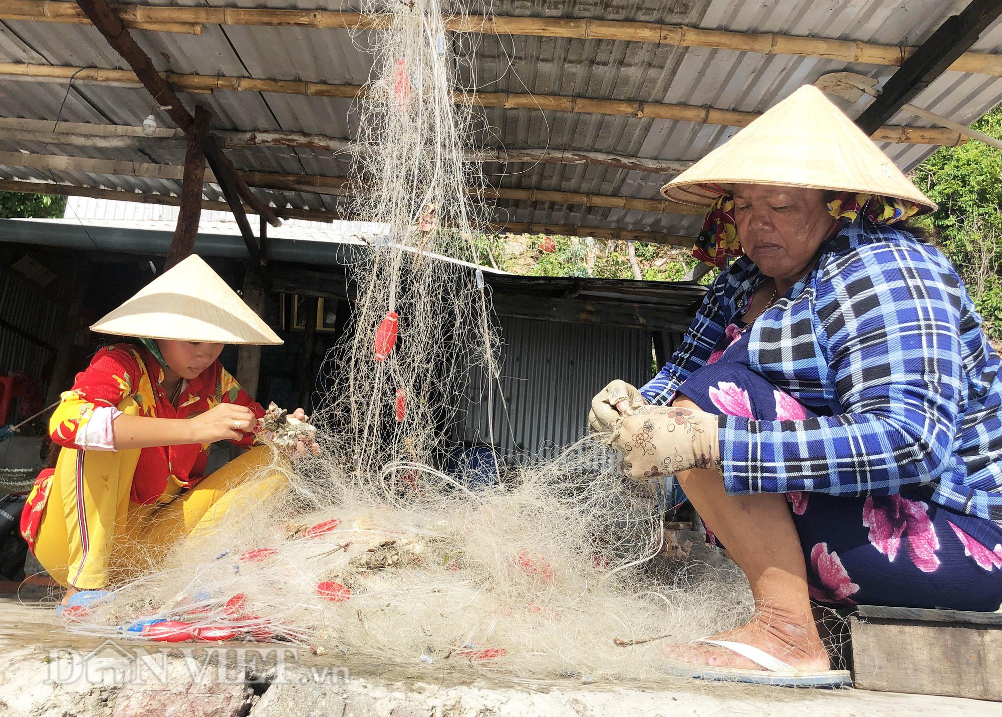 Lạ lùng nghề gỡ lưới ở Nam Du, già trẻ đều làm được - Ảnh 6.