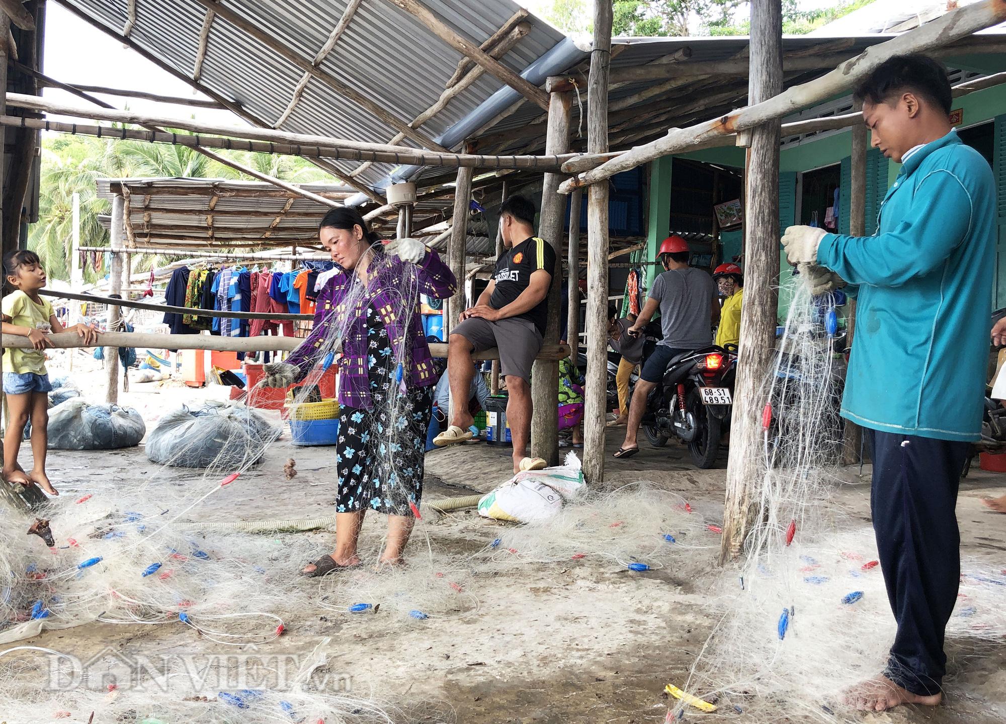 Lạ lùng nghề gỡ lưới ở Nam Du, già trẻ đều làm được - Ảnh 2.
