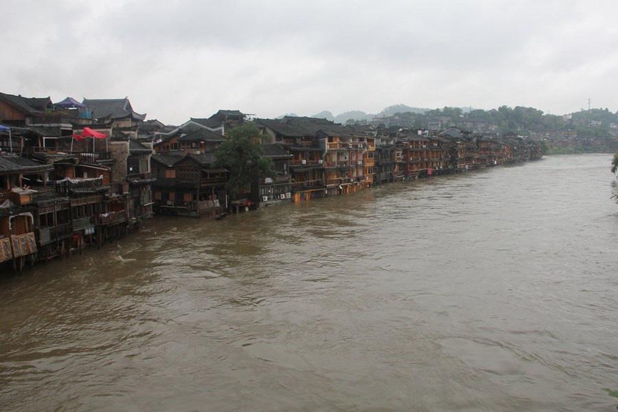 Phượng Hoàng cổ trấn ngập trong biển nước đục ngầu giữa mưa lũ ở TQ - Ảnh 1.