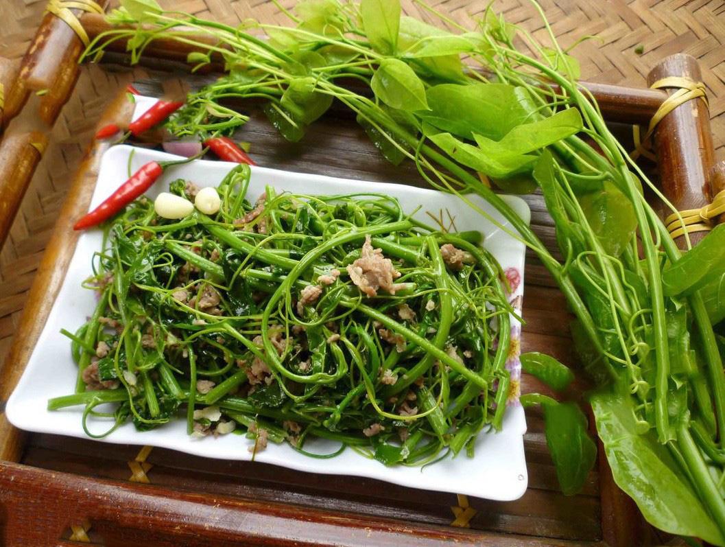 """Đặc sản rau rừng """"bò khai Tây Bắc"""" đổ về Hà Nội, 50.000 đồng/bó vẫn hút khách - Ảnh 10."""