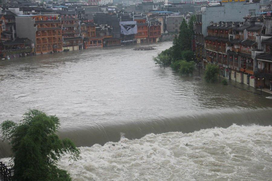Phượng Hoàng cổ trấn ngập trong biển nước đục ngầu giữa mưa lũ ở TQ - Ảnh 2.