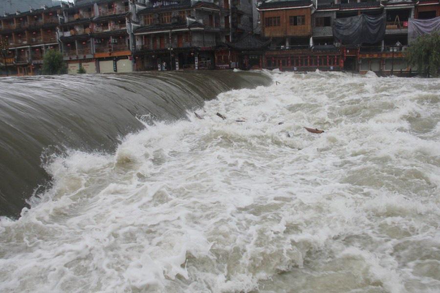 Phượng Hoàng cổ trấn ngập trong biển nước đục ngầu giữa mưa lũ ở TQ - Ảnh 3.