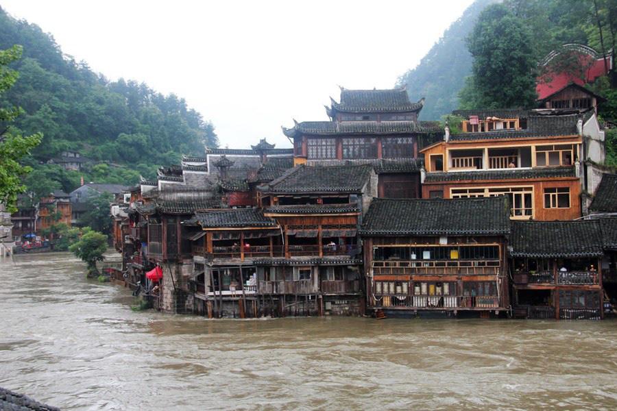 Phượng Hoàng cổ trấn ngập trong biển nước đục ngầu giữa mưa lũ ở TQ - Ảnh 4.