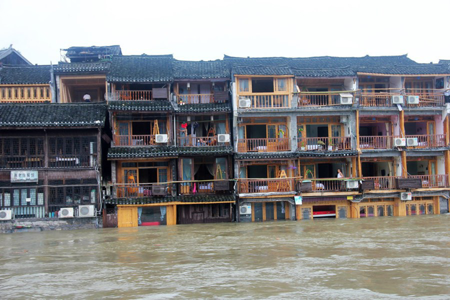 Phượng Hoàng cổ trấn ngập trong biển nước đục ngầu giữa mưa lũ ở TQ - Ảnh 5.