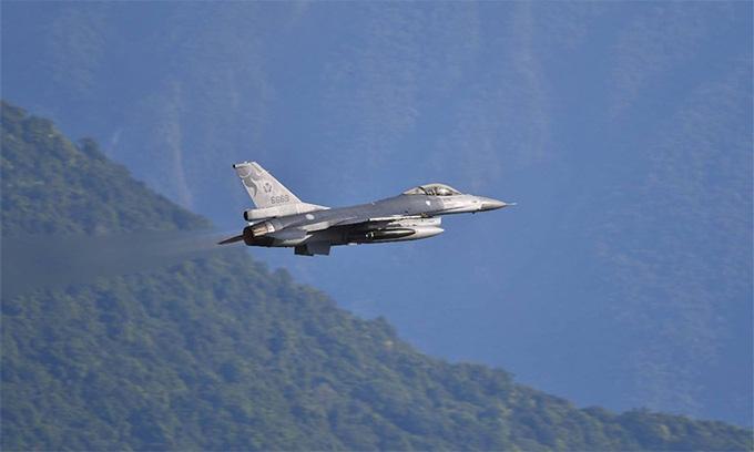Tiêm kích Đài Loan diễn tập ném bom giữa căng thẳng với TQ - Ảnh 1.