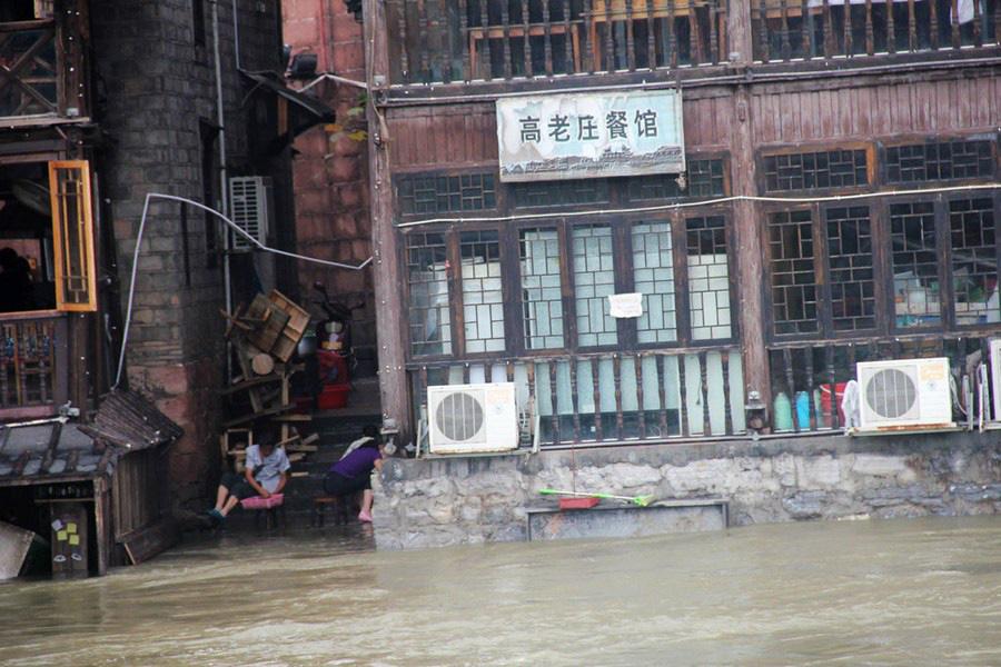 Phượng Hoàng cổ trấn ngập trong biển nước đục ngầu giữa mưa lũ ở TQ - Ảnh 7.
