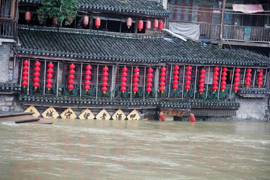 Phượng Hoàng cổ trấn ngập trong biển nước đục ngầu giữa mưa lũ ở TQ - Ảnh 6.