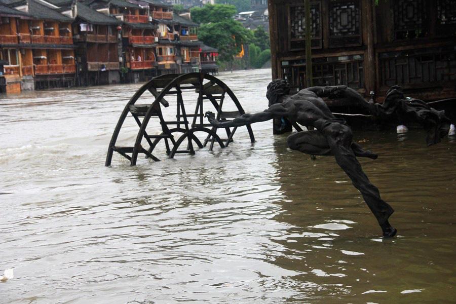Phượng Hoàng cổ trấn ngập trong biển nước đục ngầu giữa mưa lũ ở TQ - Ảnh 9.