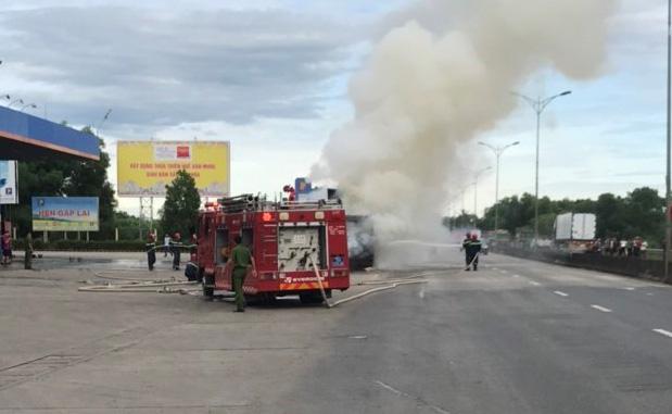 Xe đầu kéo bốc cháy dữ dội cạnh cây xăng trên quốc lộ - Ảnh 2.