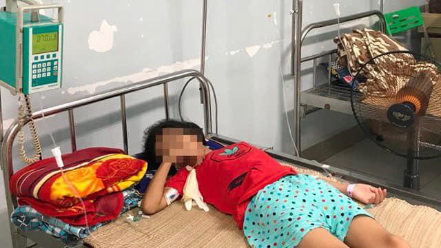Mua nước uống ở cổng trường, bé 11 tuổi bị đưa nhầm axit, nguy kịch tính mạng - Ảnh 1.