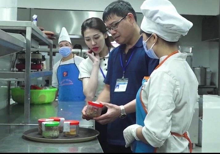 Lạng Sơn: Giám sát an toàn thực phẩm ở khách sạn cho người cách ly Covid-19 có thu phí - Ảnh 1.