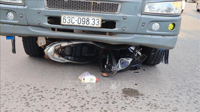 Mẹ và con trai tử nạn dưới gầm xe tải - Ảnh 1.