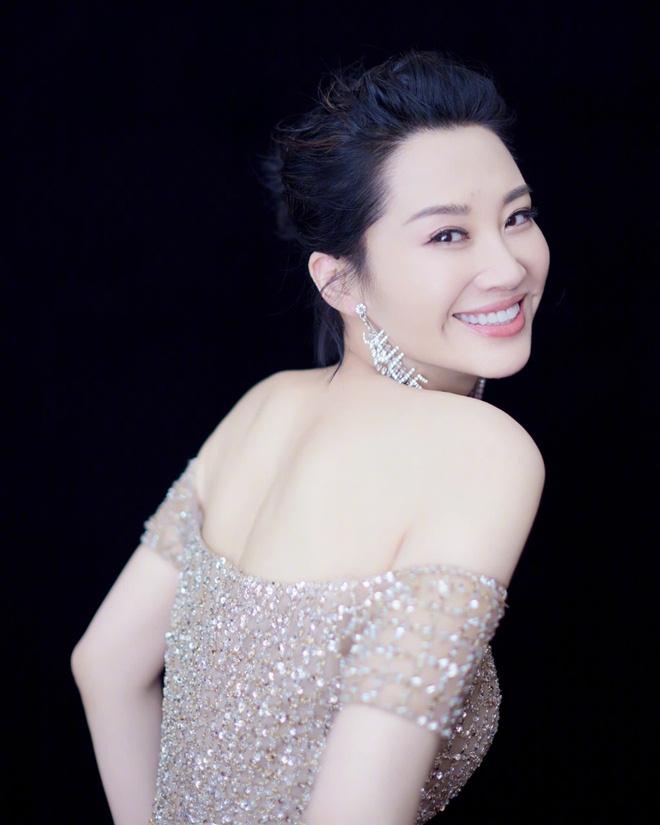 """""""Thánh Cô đẹp nhất màn ảnh"""" Trung Quốc khiến đại gia mê đắm, vẫn lẻ bóng ở tuổi 51 là ai? - Ảnh 3."""