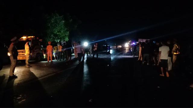 Bình Thuận: Xe khách và xe tải tông nhau trong đêm, 8 người chết - Ảnh 7.