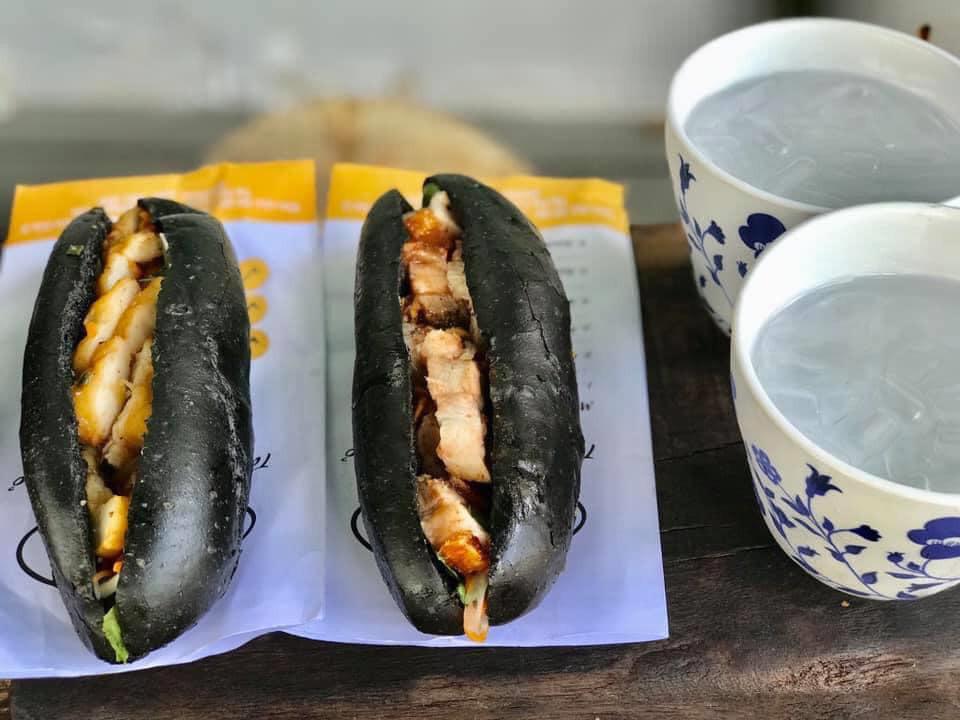 Món bánh mì đen như than đang gây sốt ở Quảng Ninh - Ảnh 10.