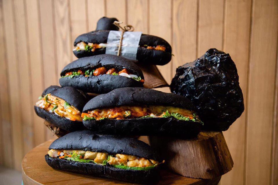 Món bánh mì đen như than đang gây sốt ở Quảng Ninh - Ảnh 2.