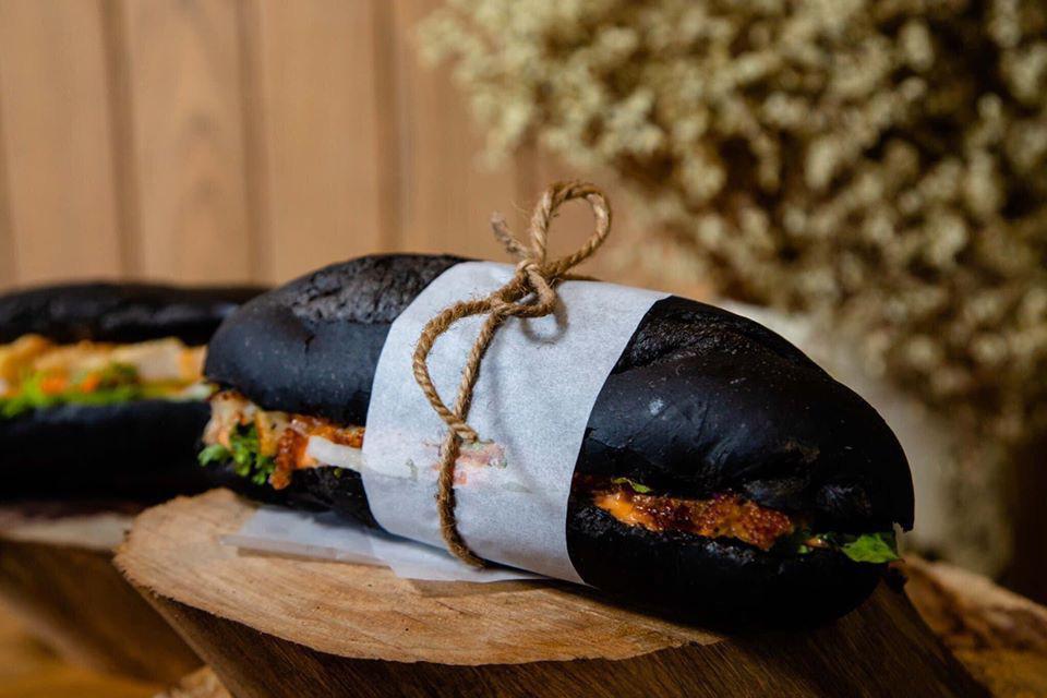 Món bánh mì đen như than đang gây sốt ở Quảng Ninh - Ảnh 5.