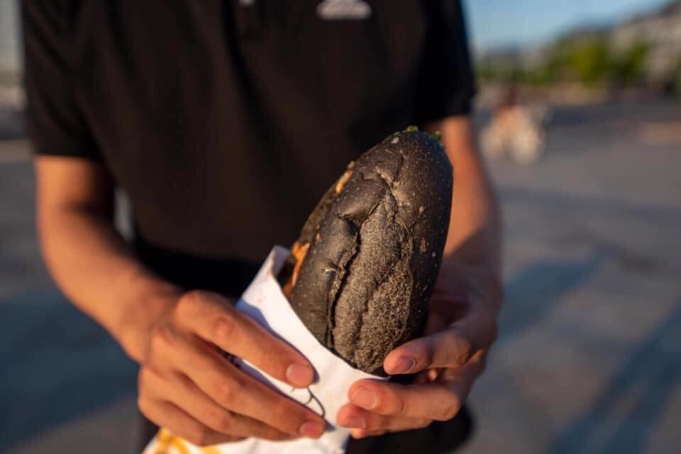 Món bánh mì đen như than đang gây sốt ở Quảng Ninh - Ảnh 6.