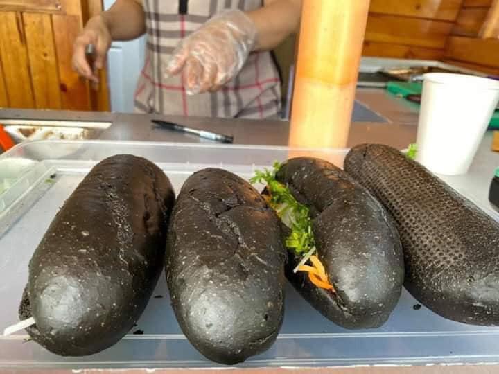 Món bánh mì đen như than đang gây sốt ở Quảng Ninh - Ảnh 8.