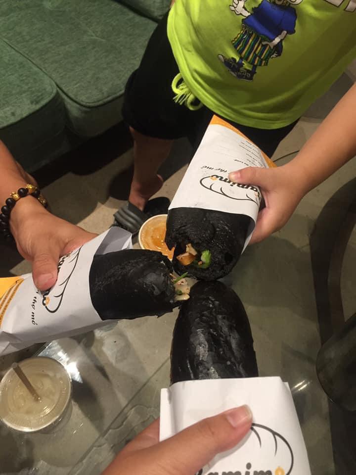 Món bánh mì đen như than đang gây sốt ở Quảng Ninh - Ảnh 9.