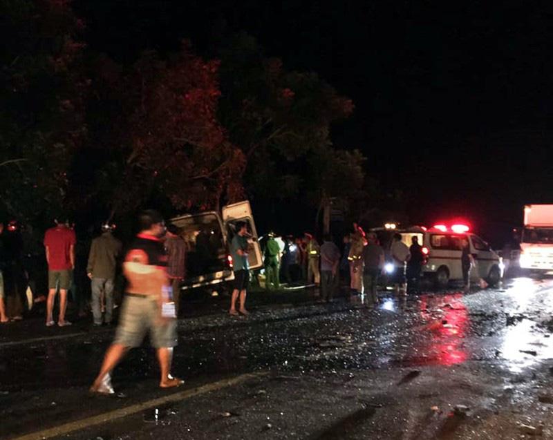 Bình Thuận: Xe khách và xe tải tông nhau trong đêm, 8 người chết - Ảnh 1.