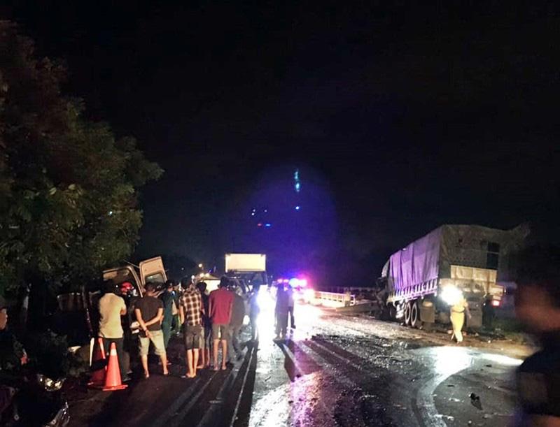 Bình Thuận: Xe khách và xe tải tông nhau trong đêm, 8 người chết - Ảnh 2.