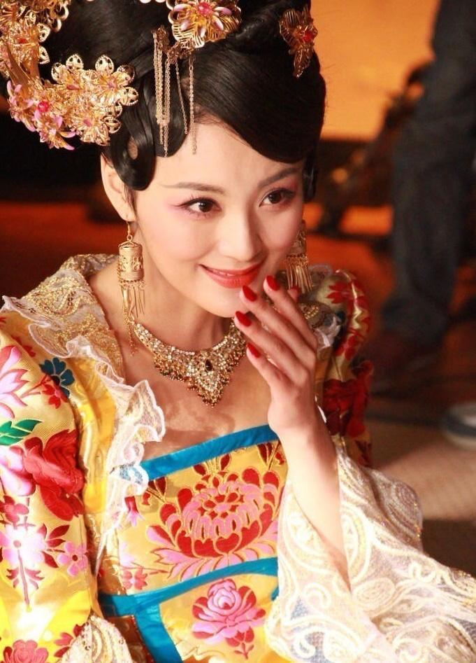 Hoàng hậu nhân lúc chị gái ngã bệnh thì dan díu với anh rể Hoàng đế đến mức bị từ mặt và cái kết nhục nhã bi thảm, lìa đời khi mới 28 tuổi - Ảnh 1.