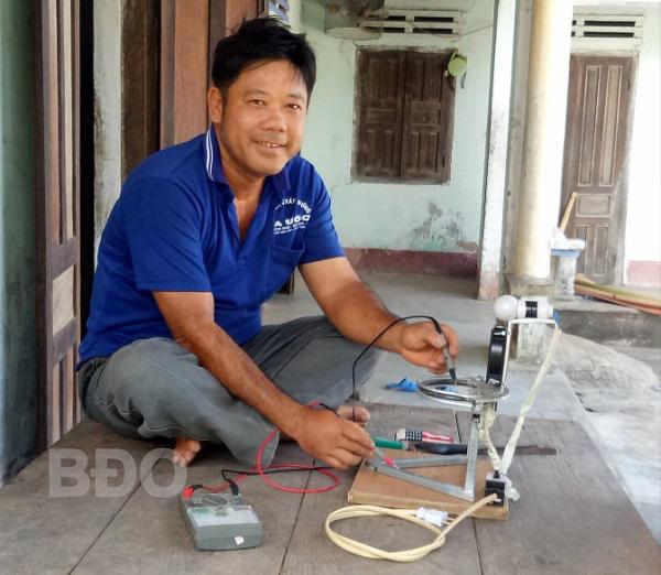 Bình Định: Một nông dân sáng chế máy mài mỏ gà cực đơn giản, rất tiện lợi, đặc biệt là rẻ bất ngờ - Ảnh 1.