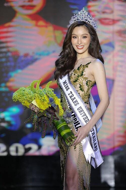 Vẻ đẹp tân Hoa hậu chuyển giới Thái Lan 2020 mặc bikini quyến rũ không kém Hương Giang - Ảnh 1.